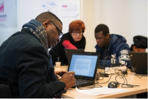 Emmaüs Connect et La Poste s'associent pour rendre la banque en ligne accessible à tous