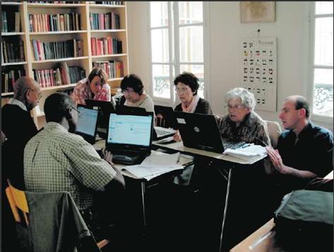 Cours en groupe pour ces seniors qui découvrent les outils informatiques grâce à Eseniors